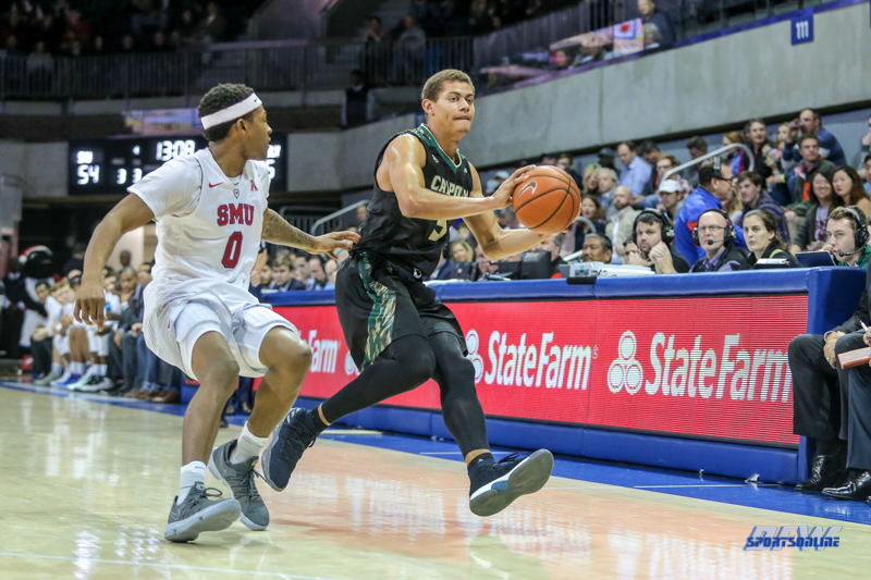 UNIVERSITY PARK, TX - DECEMBER 19: Cal Poly Mustangs forward Mark Crowe (5) passes the ball during the game between SMU and Cal Poly on December 19, 2017, at Moody Coliseum in Dallas, TX. (Photo by George Walker/Icon Sportswire)